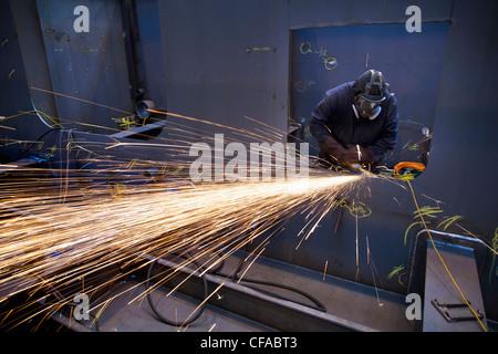 Stahl-Fräser bei der Arbeit in der Werft - Stockfoto