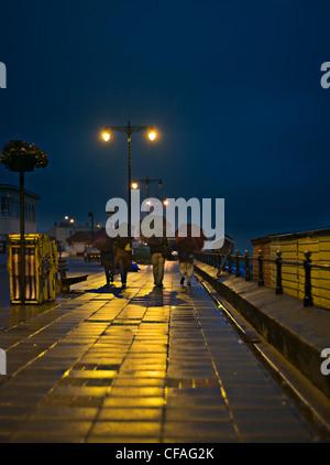 Familie regnerische Stadt Straßen - Stockfoto