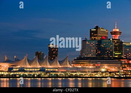 Canada Place und Hochhaus Gebäude in der Innenstadt von Vancouver an der Dämmerung, Britisch-Kolumbien, Kanada. - Stockfoto