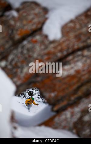 Backcountry Skifahrer Schrägstriche drehen als gerahmte Loch - Stockfoto
