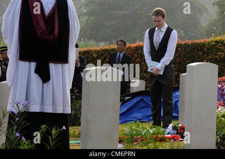Kuala Lumpur, Malaysia. 18. Oktober 2012. Familienmitglieder, britische Militärangehörige und die britische Hochkommissar - Stockfoto