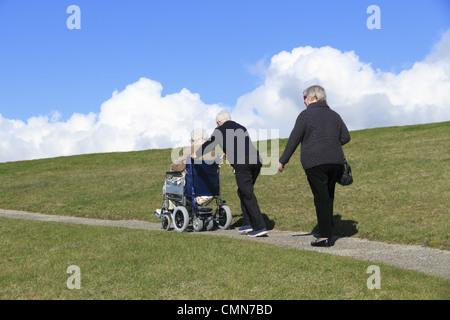 Ältere Menschen machen Sie einen Spaziergang auf dem Lande, Beachy Head, der South Downs National Park in der Nähe - Stockfoto