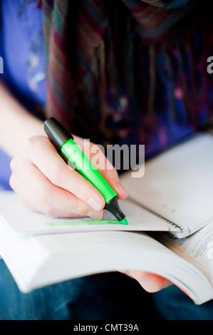 Nahaufnahme der Frau in ihrem Buch Kennzeichnung - Stockfoto