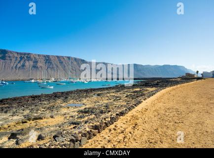 Insel La Graciosa mit Blick auf den Yachthafen, Kanarische Inseln-Spanien - Stockfoto