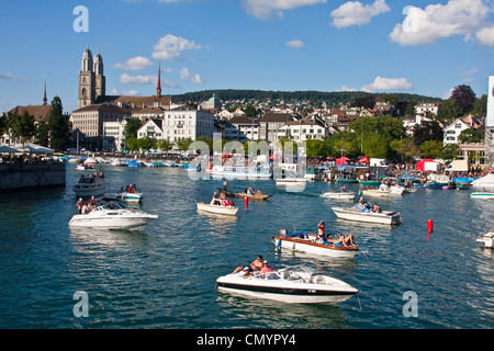 Zürcher Street Parade-Wochenende im Sommer, Party-Boote am Fluss Limmat, Hintergrund Grossmünster, Zürich, Schweiz - Stockfoto