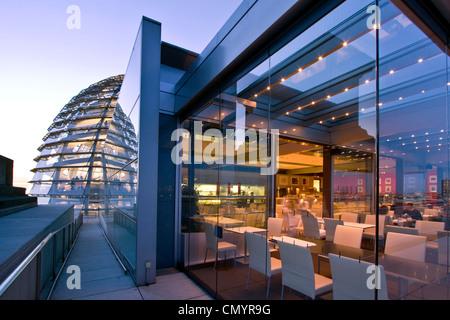 Berlin, Reichstag Buidling Dach Terasse Kuppel von Sir Norman Forster in der Dämmerung, Restaurant Kaefer - Stockfoto