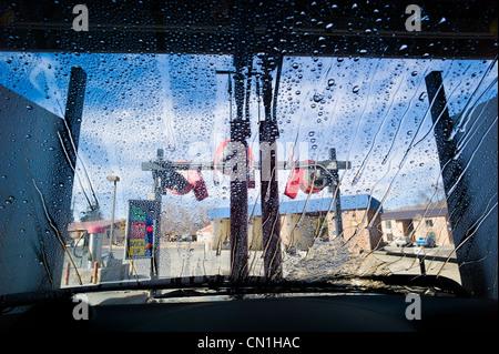 Blick durch die Windschutzscheibe eines Autos in einer automatischen Waschanlage. - Stockfoto