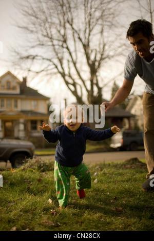 Vater mit Sohn, die ersten Schritte - Stockfoto