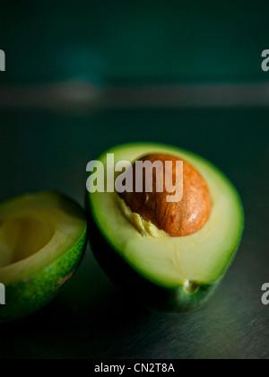 Avocado in zwei Hälften geschnitten - Stockfoto