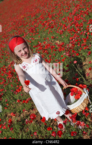 Sommer Kind Blumenpflücken auf Wiese von Mohn - Stockfoto