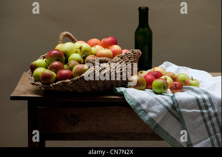 stillleben mit obst und eine flasche wein stockfoto bild 69673389 alamy. Black Bedroom Furniture Sets. Home Design Ideas