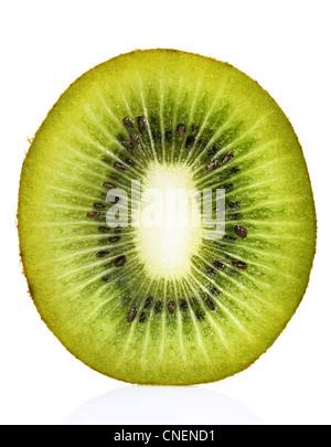 Kiwi Querschnitt auf weiß - Stockfoto