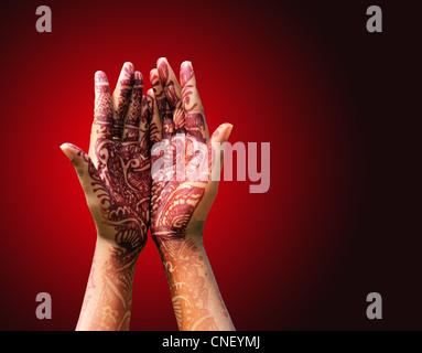 Schöne Henna oder Mehendi Dekoration auf einem hindu Braut Hand mit rötliche Hintergrund mit Textfreiraum. - Stockfoto