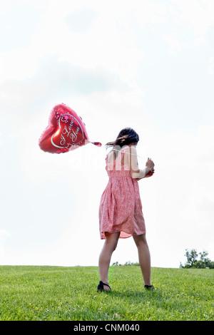 Teenager tragen herzförmige Ballons - Stockfoto
