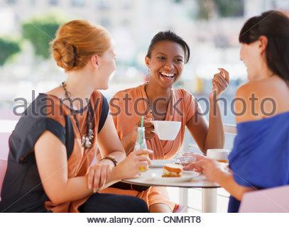 Frauen, die dem gemeinsamen Mittagessen im café - Stockfoto