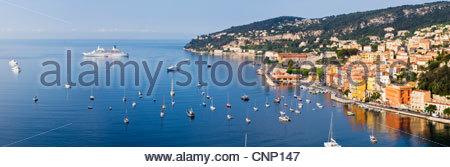 Kreuzfahrtschiff in der Bucht bei Villefranche Sur Mer, Côte d ' Azur, Frankreich. - Stockfoto