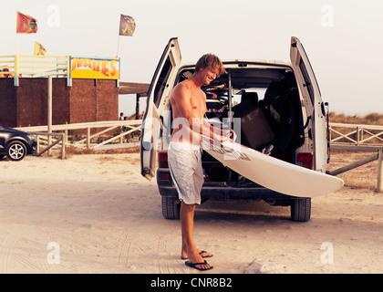 Mann hält ein Surfbrett. - Stockfoto