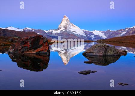 Blick auf das Matterhorn aus einem Bergsee, Schweiz, Wallis - Stockfoto