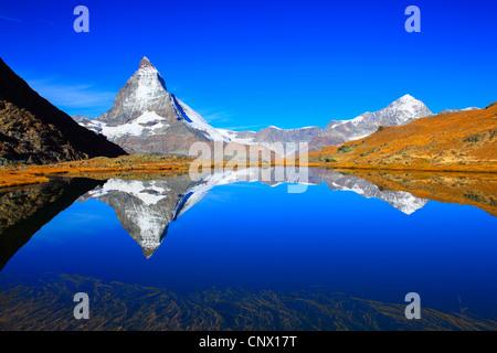 Blick vom Bergsee am Matterhorn unter blauem Himmel, Schweiz, Wallis - Stockfoto