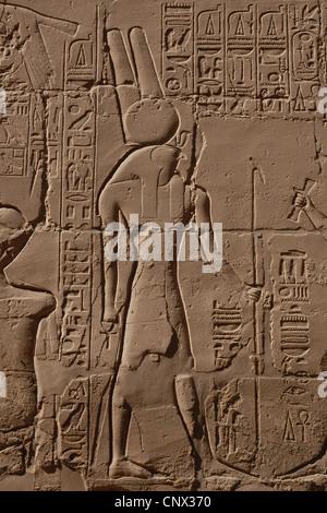 Alte ägyptische Gott Horus. Relief in die große Säulenhalle im Karnak-Tempel-Komplex in Luxor, Ägypten. - Stockfoto