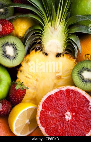 Auswahl an Obst - in Scheiben geschnitten und ganz - Stockfoto