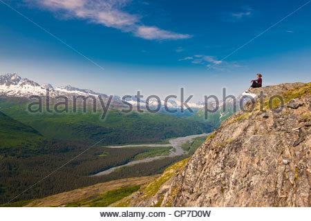 Wanderer auf Felsvorsprung in Thompson Pass mit Blick auf Lowe Flusstal, Chugach National Forest, Yunan Alaska, - Stockfoto