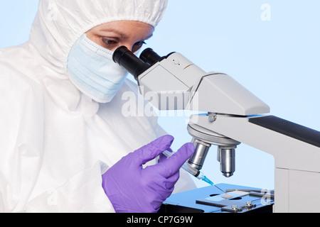 Foto von einer Embyologist Prüfung eine Samenprobe durch ein Stereo-Labor-Mikroskop - Stockfoto