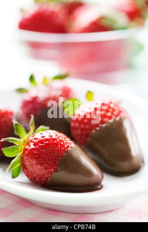 Schokolade getauchte Erdbeeren - Stockfoto