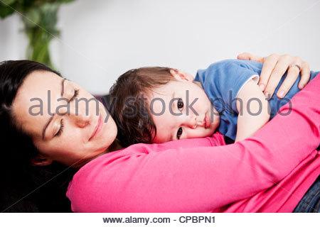 Baby mittagsschlaf stockfoto bild 168763739 alamy for Sofa kuscheln