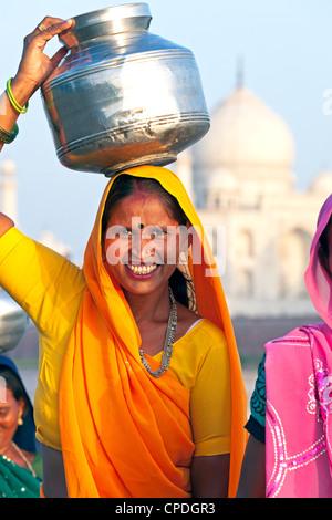Frau mit Wasserkrug auf dem Kopf vor dem Taj Mahal, Agra, Uttar Pradesh Zustand, Indien, Asien - Stockfoto
