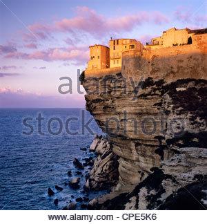 Haute-Ville am Rande der Klippen in der Morgendämmerung, Bonifacio, Südkorsika, Korsika, Frankreich, Mittelmeer, - Stockfoto