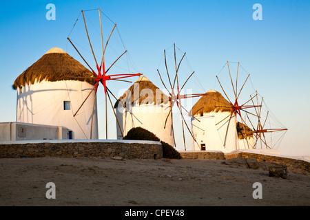 Die historischen Windmühlen auf Mykonos in der frühen Morgensonne - Stockfoto