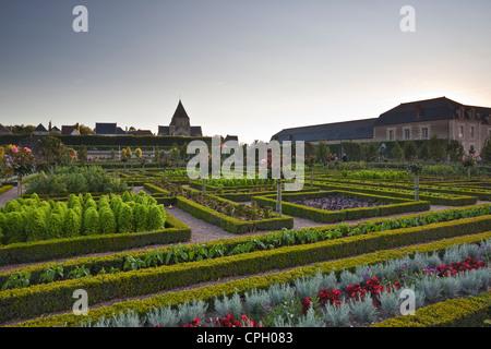 Das Schloss und die Gärten von Villandry im historischen Loire-Tal während des Sonnenuntergangs. - Stockfoto