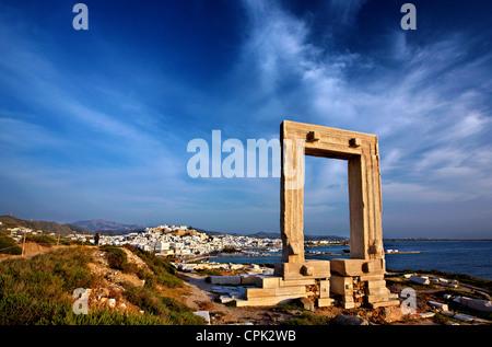 """Die Portara (Tempel des Apollo) und die Chora (""""Hauptstadt"""") von Naxos im Hintergrund. Kykladen, Griechenland - Stockfoto"""