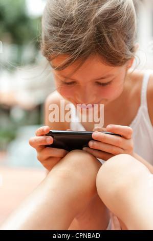 Mädchen spielen mit smartphone - Stockfoto