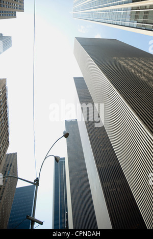 Niedrigen Winkel Ansicht von Wolkenkratzern, New York City, New York, USA - Stockfoto