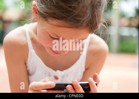 Mädchen spielen Videospiel - Stockfoto