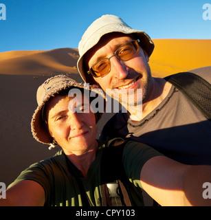 paar in Wanderung in der Namibwüste - Stockfoto
