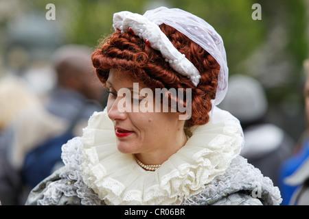 Straße Entertainer oder Schauspielerin verkleidet als Königin Elizabeth die erste. Während Königinnen diamantenes - Stockfoto