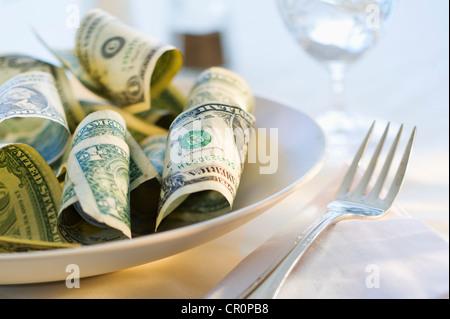 Papiergeld auf Teller, Studio gedreht - Stockfoto