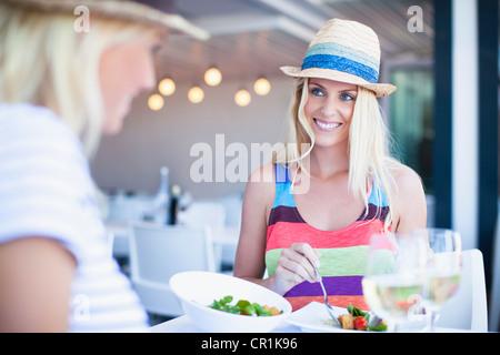 Frauen essen gemeinsam im café - Stockfoto