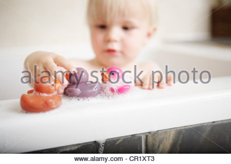 Kleinkind spielt mit Spielzeug im Bad - Stockfoto