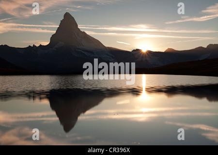 Sonnenuntergang am Mt Matterhorn mit Spiegelungen im See Stellisee, Zermatt, Kanton Wallis, Schweiz, Europa, PublicGround - Stockfoto