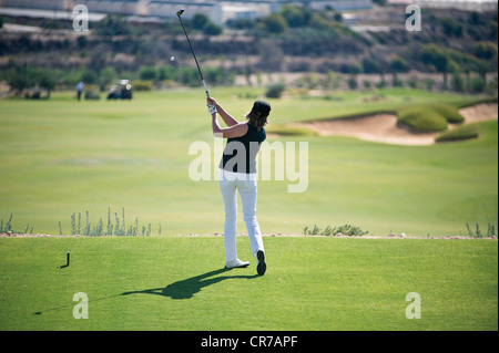 Zypern, Frau Golfspielen am Golfplatz - Stockfoto