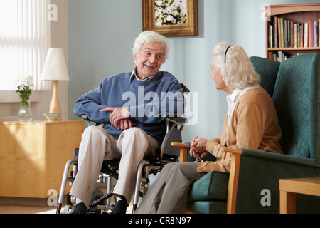Älteres Paar in Pflegeheim, Mann im Rollstuhl - Stockfoto