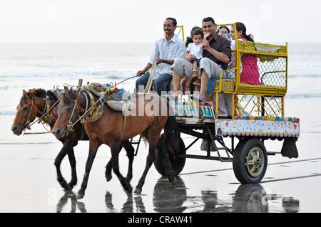 Indische Familie auf einem Pferdewagen am Strand von Juhu, Juhu Beach, Mumbai, Maharashtra, Indien, Asien - Stockfoto