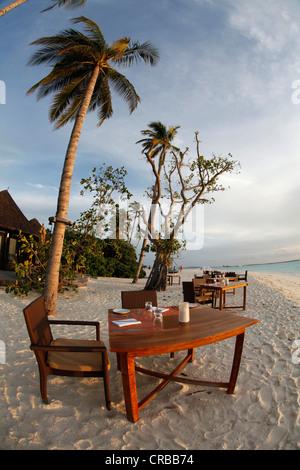 Gedeckten Tisch auf ein idealer Strand Irufushi Island, Noonu Atoll, Malediven, Indischer Ozean - Stockfoto