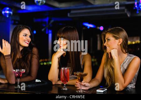 Frauen, die Getränke am bar zusammen - Stockfoto