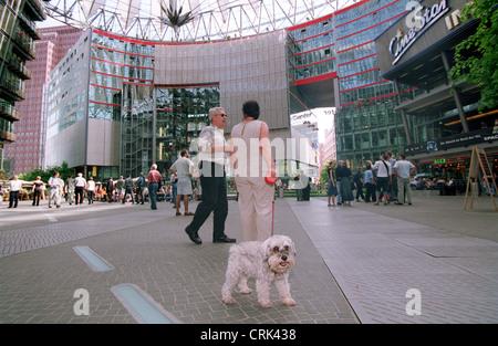 Hund auf dem Gelände des Sony Center am Potsdamer Platz - Stockfoto