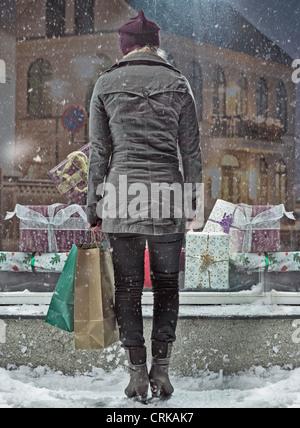 Frau Einkaufstaschen im Schnee - Stockfoto